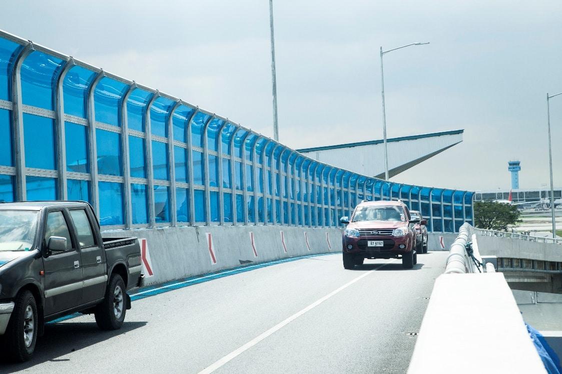vách ngan khu đường cao tốc bằng tấm polycarbonate