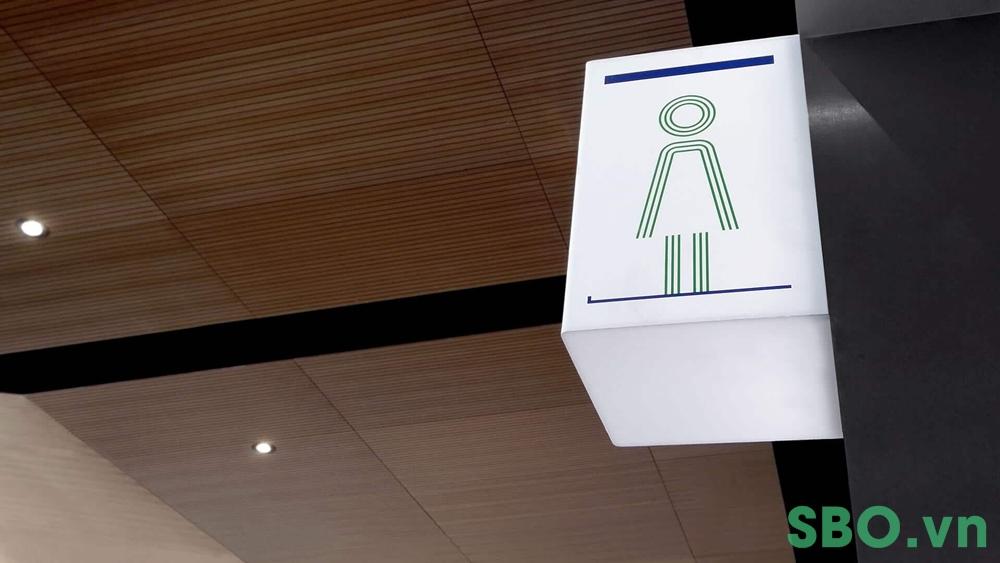 bảng toilet treo tường có gắn hộp đèn