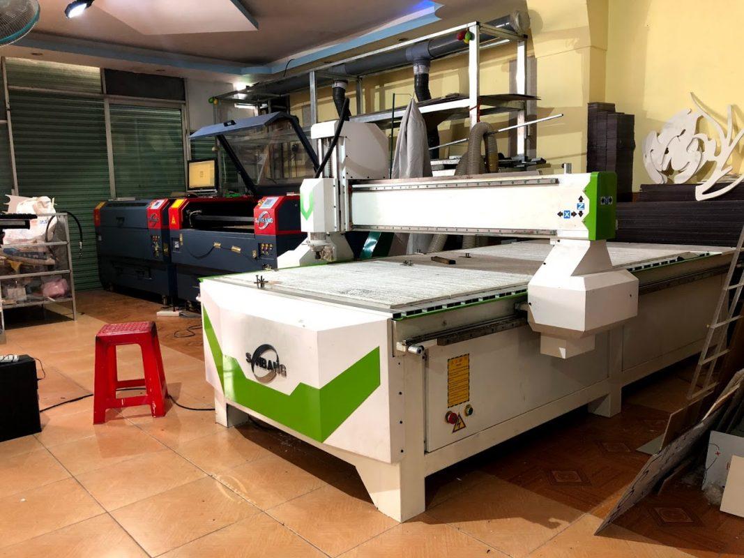 Máy cắt laser và máy khắc CNC luôn sẵn sàng cắt tạo hình phối hợp in UV
