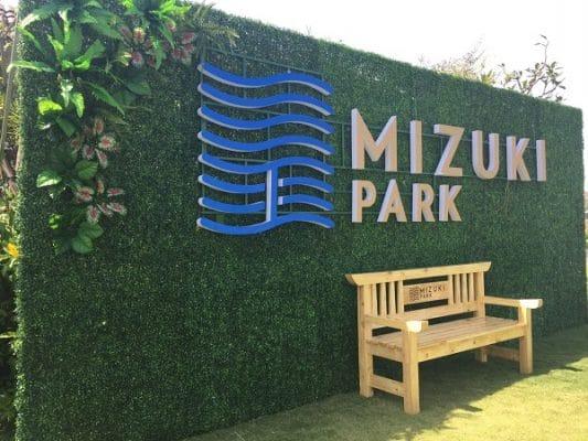 Bảng hiệu cỏ nhân tạo tại công viên