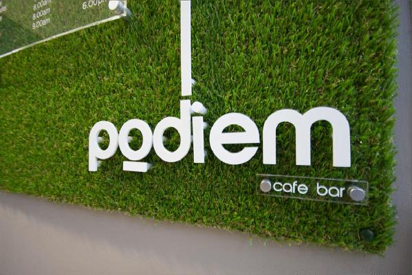 Bảng hiệu cỏ nhân tạo tại quán bar