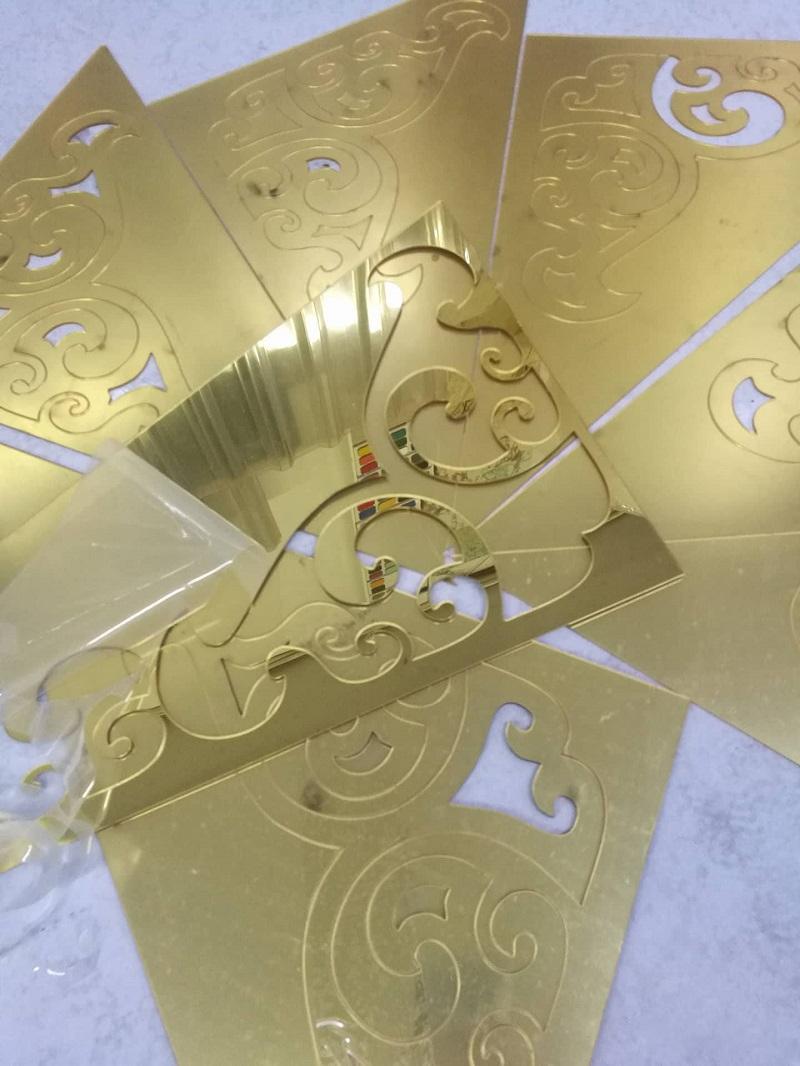 Tấm mica gương vàng đồng cắt hoa văn
