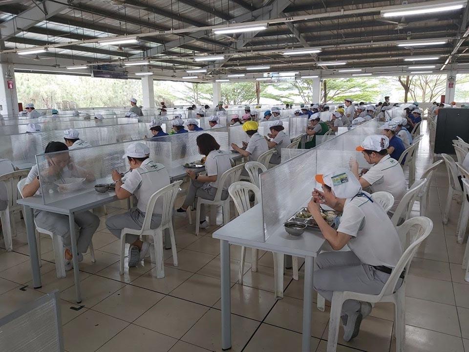 Lắp đặt vách chia trên bàn khu ăn uống chung ở một công ty sản xuất thiết bị công nghiệp
